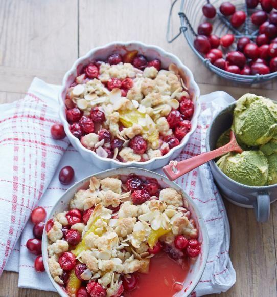 Cranberry-Mandel-Crumble 3 Orangen, 50 g kandierter Ingwer, 150 g Butter, 200 g Mehl, 50 g gemahlene Mandeln, 120 g brauner Zucker, Salz, 1/2 Tl gemahlene Vanille (alternativ Mark von 1/2 Vanilleschote), 300 g frische Cranberrys, 50 g Mandelblättchen, ca. 320 g Vanilleeis, 4 Tl Matchatee-Pulver ...