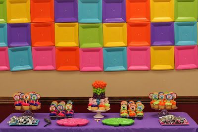 Multicolored Square Plate Backdrop :: The King Family Love this colorful idea! #paperplatebackdrop: