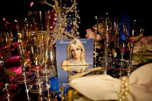 Mesa de boda decorada al estilo de Britney Spears - Foto: Floramor Studios