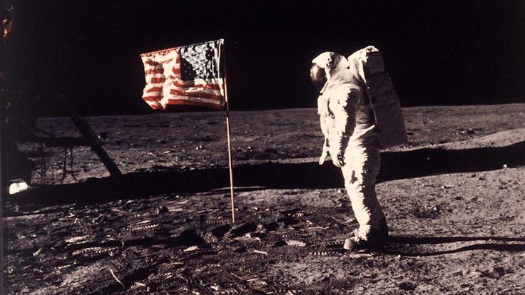 Bei der Apollo-1-Mission kam es zu einem tragischen Unfall: Als sich die Astronauten von der Rakete abkapseln wollten, brach ein Feuer aus - alle Astronauten kamen ums Leben. Die Nasa orderte in Reaktion auf das folgenschwere Unglück bei der schwäbischen Firma Scheufelen Papier, das nicht entflammbar sein durfte. Das Hightech-Papier aus Schwaben schaffte es zwei Jahre später an Bord der Apollo 11 ins Weltall und auf den Mond. Quelle: AP