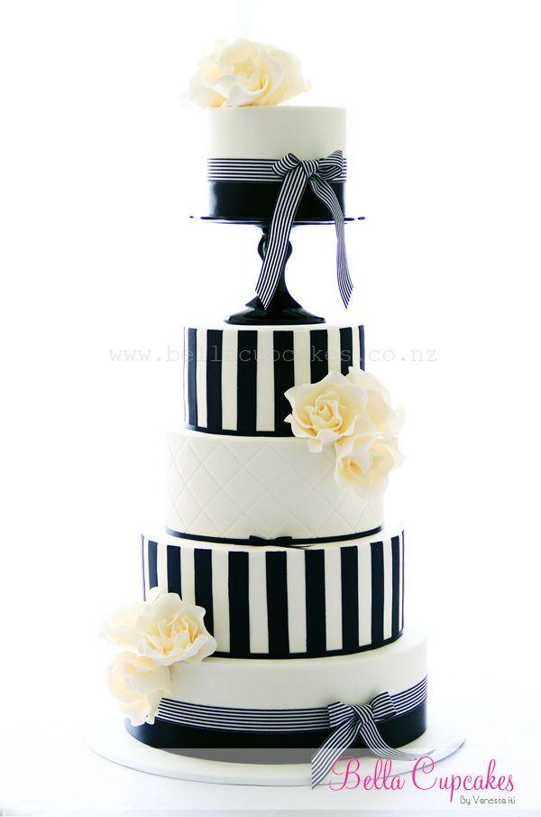 Las combinación de colores y tramas están muy en boga - Diseño: Vanessa Iti. pasteles de bodas con detalles en azul marino | 25 Imágenes de Pasteles de Boda Originales e Irresistibles