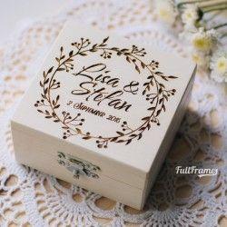 Размер коробочки: 7,5×7,5 см Материал: дерево Подушечка: тканевая подушечка +300 руб или декоративный мох +50 руб Индивидуальный дизайн от 200 руб. Замена имен, инициалов, даты и мини-корректировки существующего дизайна — бесплатно.