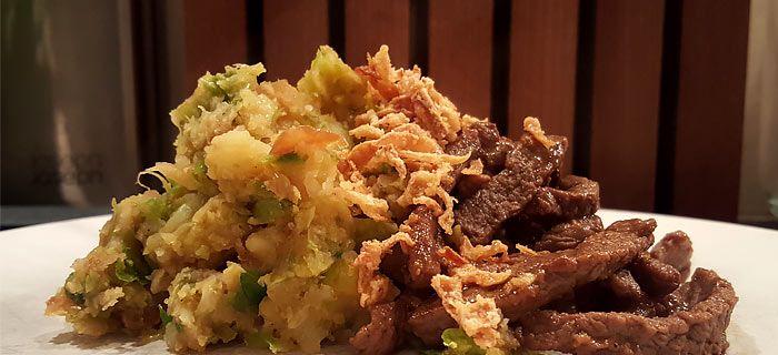 Deze Oosterse spruitjesstamppot met roergebakken runderreepjes is heerlijk van smaak en makkelijk te maken. Ook lekker met runderlappen.