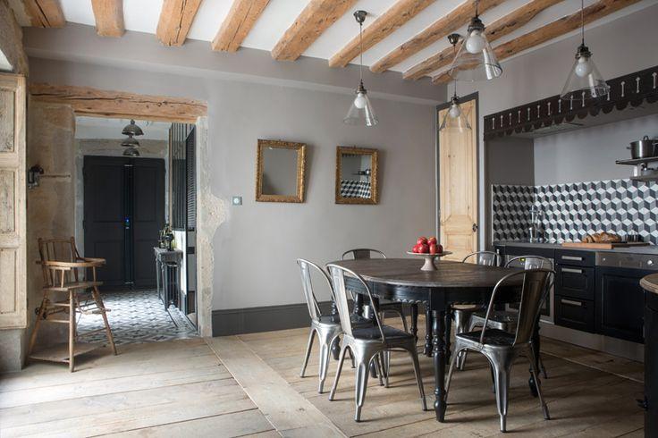 Столовая, объединенная с кухней. Вокруг стола, Blanc d'ivoire, металлические стулья, Tolix. В качестве дверцы встроенного шкафа используется старая межкомнатная дверь, обработанная пескоструйкой.