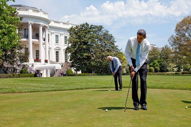 Obama aviceprezident Joe Biden hrajú golf.