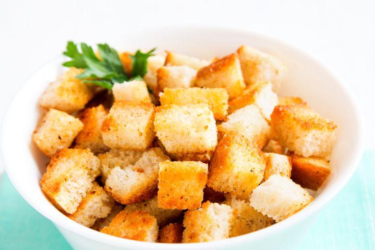 Récupérez vos pains baguettes qui commencent à devenir trop durs et faites-vous de DÉLICIEUX croûtons à l'ail maison.