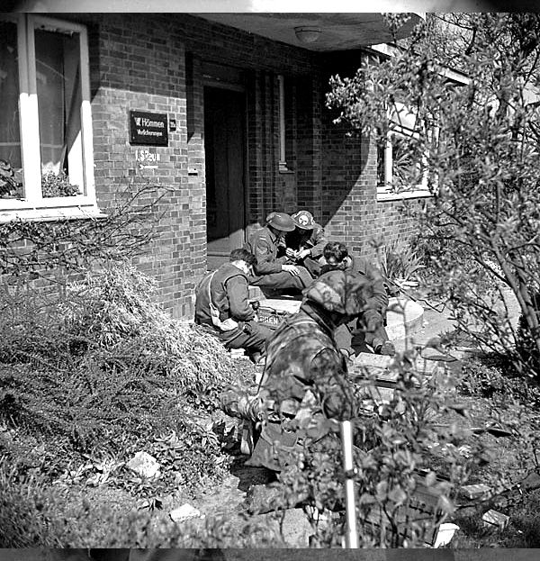 Infantrymen of The Lincoln and Welland Regiment preparing to pursue German paratroopers, Wertle, Germany, 11 April 1945.