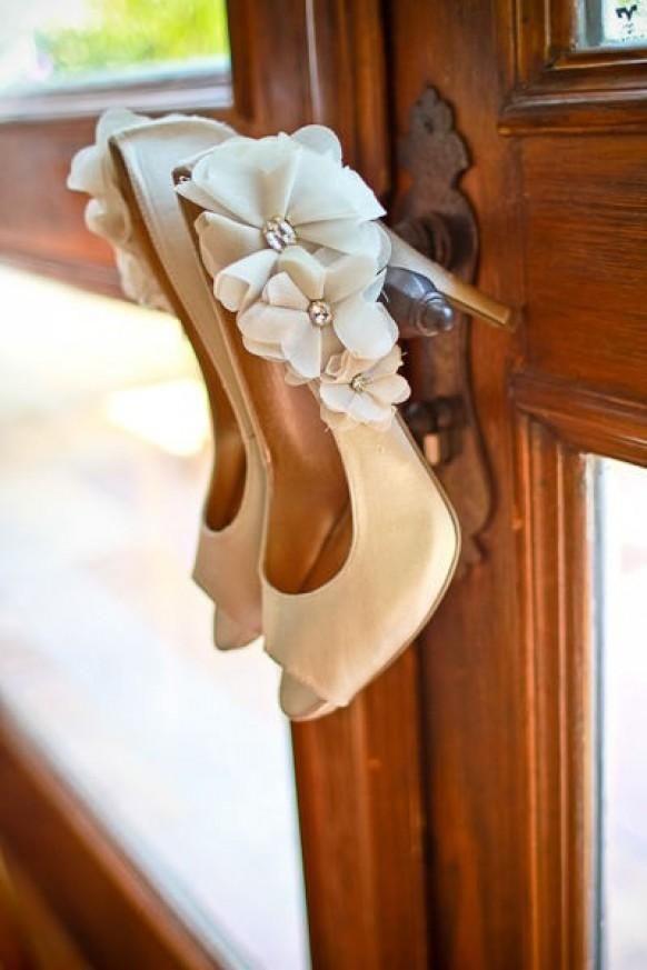 En Riomar fotógrafos nos gustan estos zapatos de novia con adorno floral. http://riomarfotografosdeboda.com
