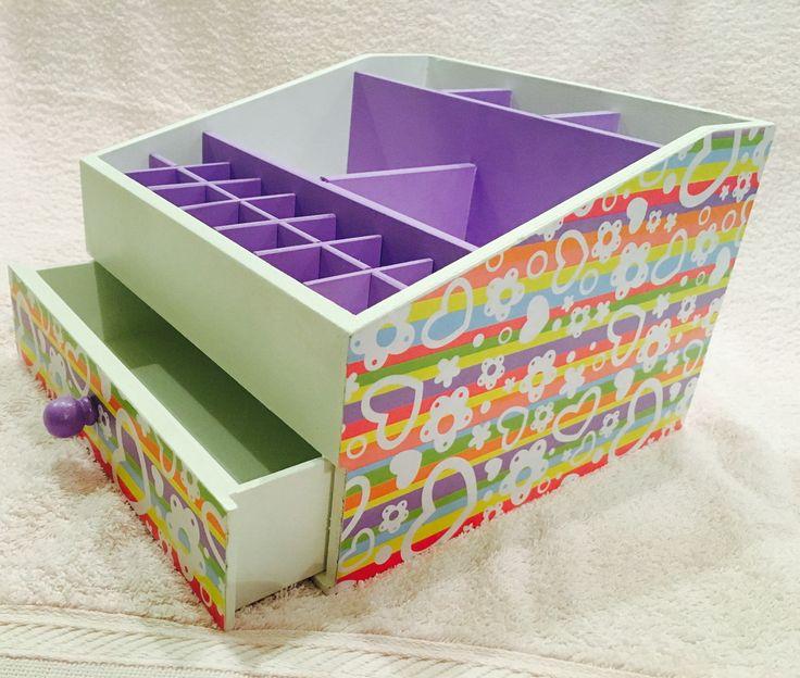 Organizador de maquiagem com gaveta e várias divisórias. Pode ser feito em outras cores e motivos.
