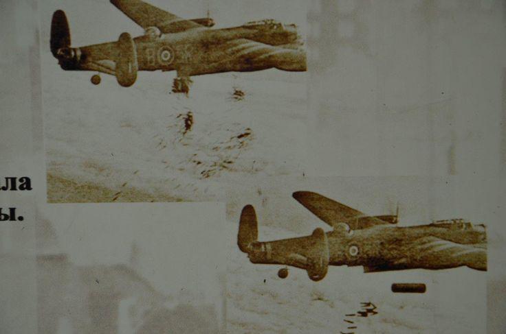 Königsberg i. Pr. - 189 Avro Lancaster der Royal Air Force bombardieren in der Nacht 29./30.08.1944 die Innenstadt von Königsberg (Foto von der Ausstellung im Fort Nr. 5, Kaliningrad zeigt tatsächlich die Bomber beim Angriff auf Duisburg am 15.10.1944 und dem Abwurf von Radartäuschmittel, Brandbomben und einer Luftmine)