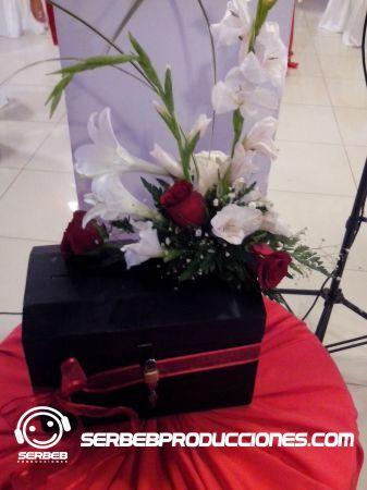 Sí deseas ver todas las fotos de esta decoración, Haz clic aquí http://serbebproducciones.com/index.php/decoraciones-de-eventos/decoraciones-para-bodas/46-decoracion-rojo-con-blanco/173-mesas-decoradas.html