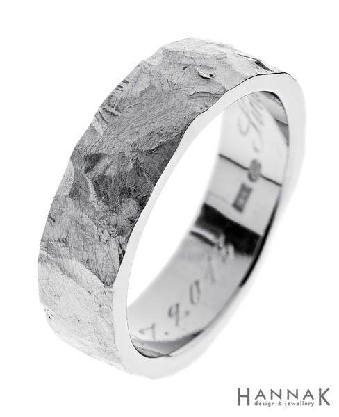 Kallio-vihkisormus   Rosoinen takopinta korostuu komeasti suorapintaisten kiillotettujen sormuksen sivujen rinnalla. Kivilohkaretta muistuttava pinta kestää käyttöä erinomaisesti ja sisällyttää tulevat elämän jäljet kuvioiden sekaan.   Materiaalit: 750-valkokulta   http://www.hannakorhonen.fi/kallio-vihkisormus/   White gold 750   #HannaK #rings #wedding #jewelry