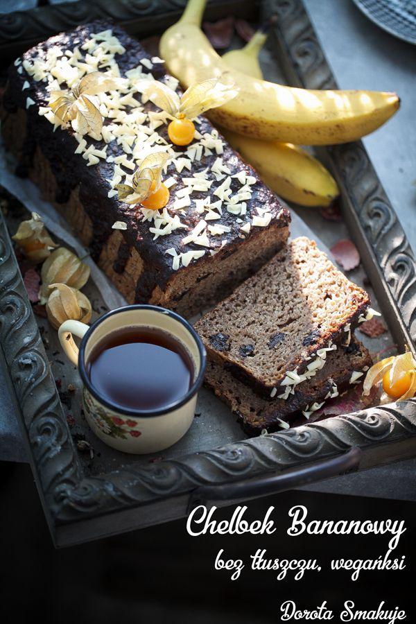 Wegański chlebek bananowy – Składniki: 3 dojrzałe banany 1/2 szkl domowych powideł śliwkowych lub musu jabłkowego 1 i 1/4 szkl mąki pszennej razowej typ 2000 1 szkl maki orkiszowej jasnej typ 700 1 łyżeczka proszku do pieczenia 1 łyżeczka sody oczyszczonej 1 łyżeczka cynamonu 1/2 szkl syropu klonowego, miodu lub cukru 1 łyżka siemienia lnianego zmielonego i zalanego 3 łyżkami wody 1/2 szkl rodzynek 2 łyżeczki ekstraktu waniliowego 3/4 szkl mleka roślinnego lub wody 1 łyżka soku z cytryny