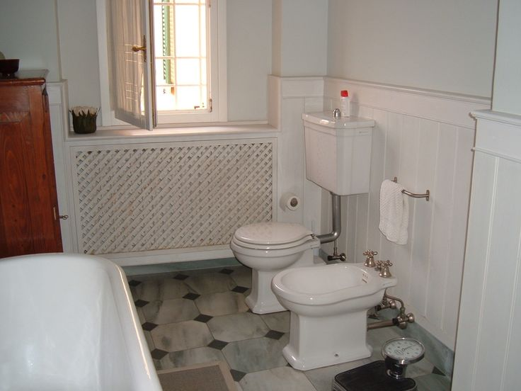 Bathroom with boiserie.
