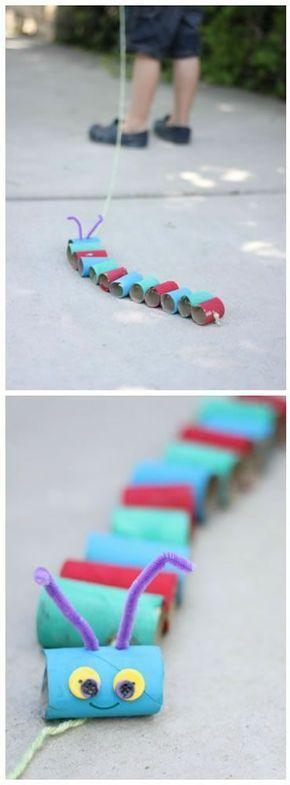 Con rollos de cartón crea animales como gusanos para hacer las tardes más amenas con tus hijos.