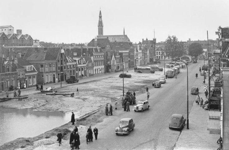 Groningen<br />De stad Groningen: Het Damsterdiep waar de demping bijna is voltooid in 1952.