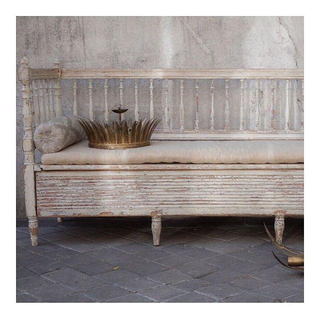 Este banco sueco es otra de nuestras joyitas. Las lámparas doradas de hojas, un clásico vintage que nos apasiona... #sinenomine #decor #decoracion #aguedaybea #bancosueco #vintage #lamparasdoradas #decoradoras #interioristas #interiordesigns #decor