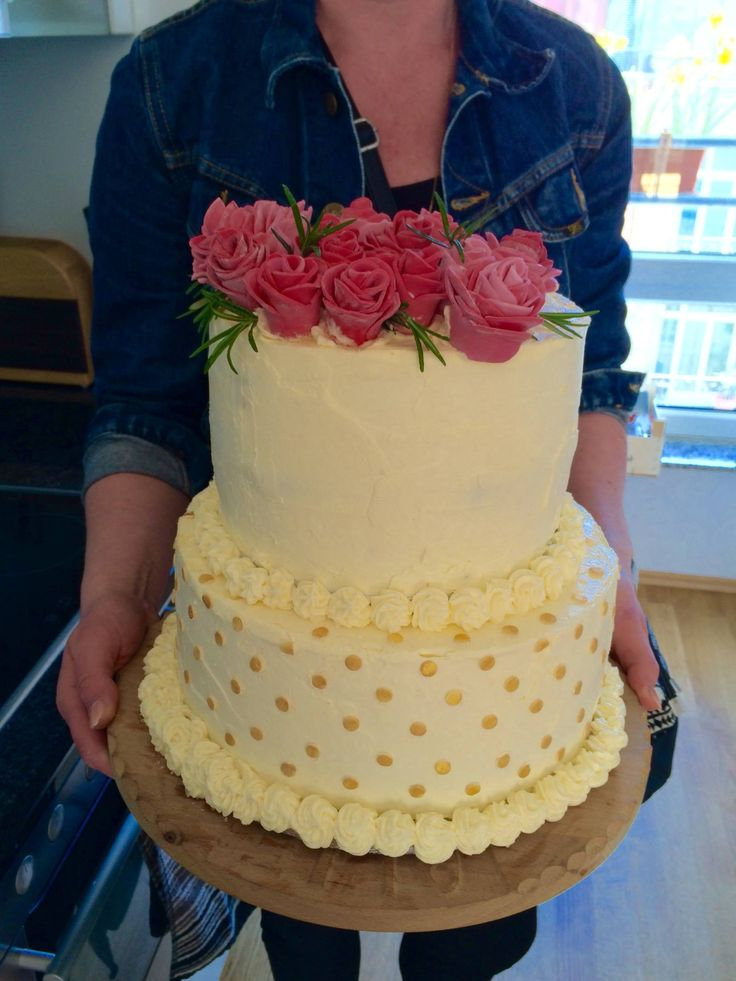 Making your own wedding cake is possible. And actually quite some fun! Find the recipe and loads of tips on tukskitchen.com.