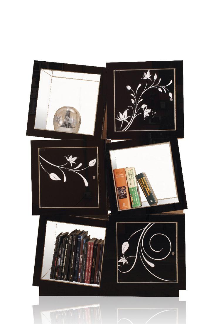 """La libreria """"Espacio Loco """" è un unico blocco composto da 6 scomparti protetti con plexiglass trasparente per riporre libri, riviste o altri oggetti.  Il fronte della libreria è rivestito di plexiglass nero. #cardboard #design"""