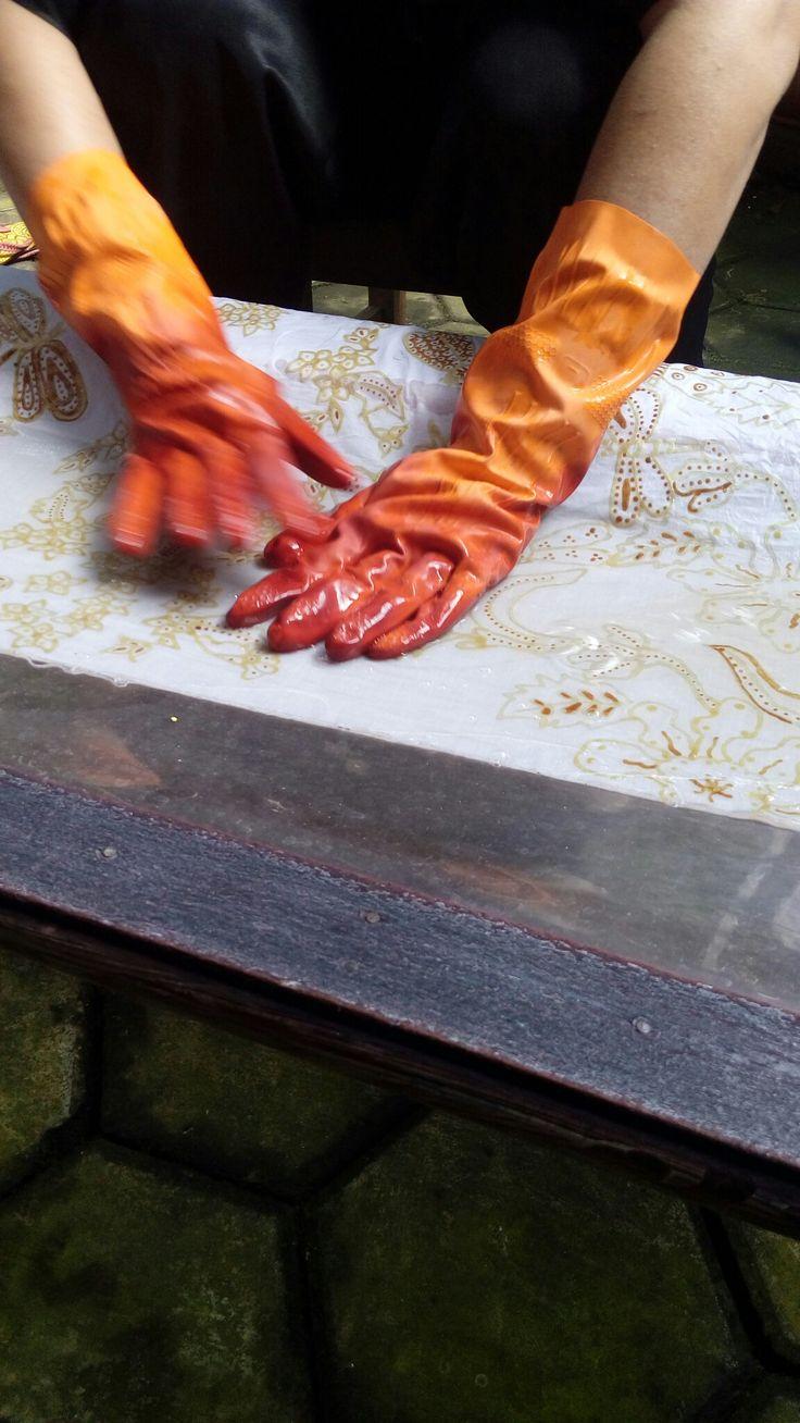 Proses pewarnaan kain. Di usap secara perlahan & rata