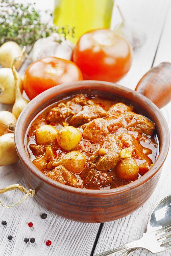 Η κλασική συνταγή για στιφάδο με μπόλικα κρεμμυδάκια και πλούσια, αρωματική σάλτσα ντομάτας. Ταιριάζει απόλυτα στο κυριακάτικο τραπέζι και είναι πάντα ένα ευπρόσδεκτο πιάτο.