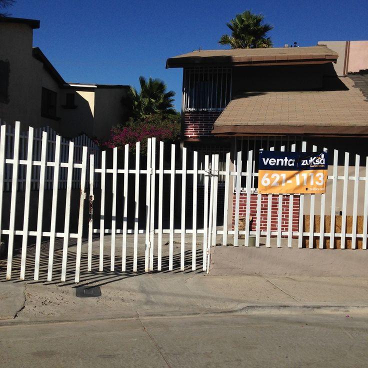 #ZonaOtay #zuKsa #BienesRaíces #Tijuana Bonita casa , cochera para dos autos, planta baja; sala, comedor, cocina, cuarto de servicio, patio y una recámara, planta alta un baño completo y dos recamaras.