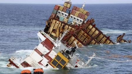 Skipsvrak spyr ut olje etter at akterenden brakk - TV2.no
