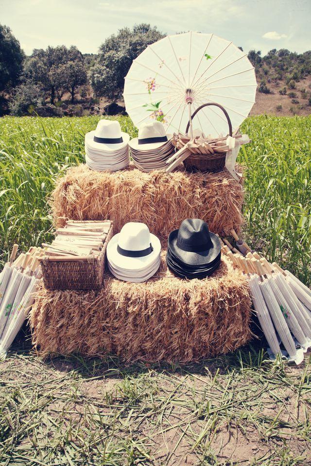Le stand à chapeaux ......une bonne idee pour un mariage d 'été ... #mariage #chapeaux