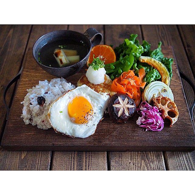 * 和食プレートで おはようございます * 子供達がお泊まりに行ってしまい ちょっぴり寂しい朝 栄養不足気味の身体に 野菜たっぷり朝ごはん ・十六穀米 ・鶏ささみ肉の豆腐ハンバーグ ・椎茸の山葵チーズ焼き ・焼き葱のスープ ・グリル野菜 ☄ ☄ ラスト一日♩ いってきまーす◡̈ + + #和食#朝食#朝ごはん #おうちカフェ#おうちごはん #olympuspen#foodphoto#cooking #instafood#foodvsco#foodpics  #vscocam#japanesefood