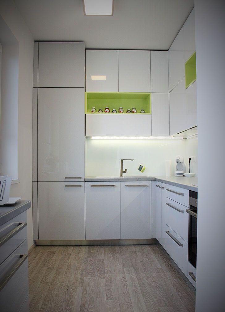 Jednoduchý kuchyňský nábytek v provedení lak  premium šedá lesk v kombinaci s barevnými nikami v lakované úpravě lak premium lemon lesk.