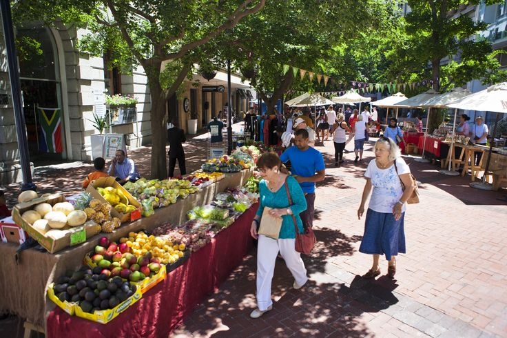 Company Gardens, Cape Town, South Africa. Sunny Thursdays see everyone out enjoying the organic food market in St George's Mall.