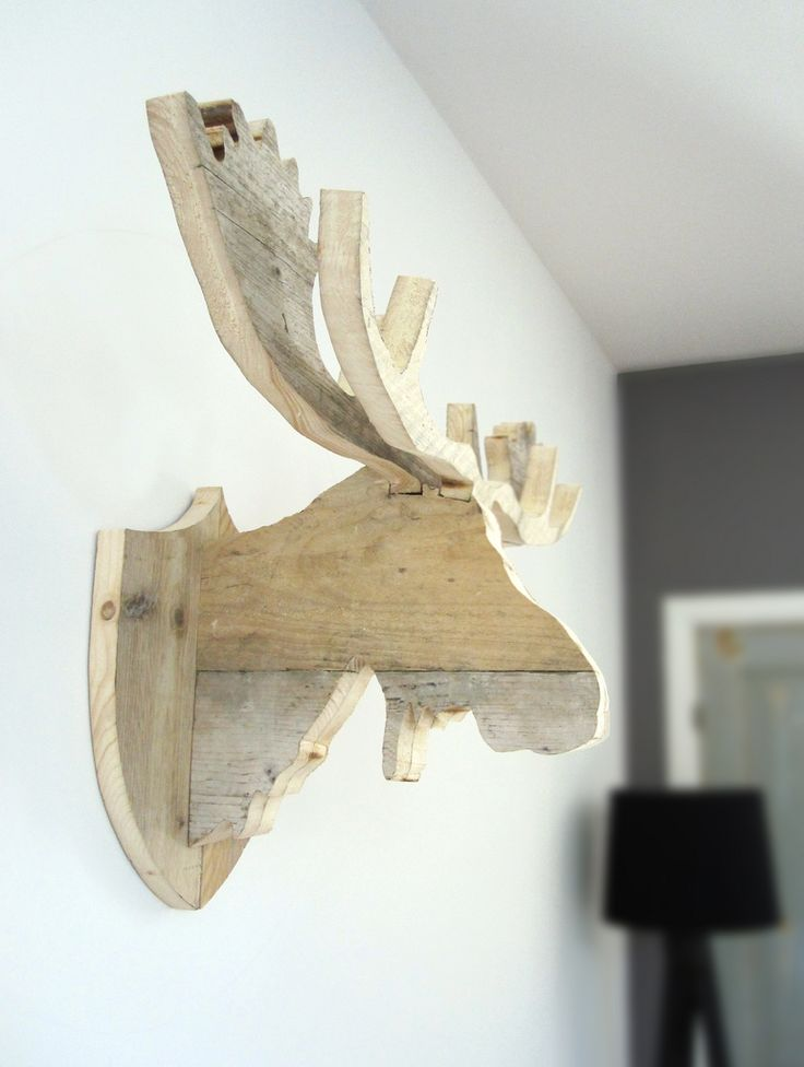 'Moose Henk' van steigerhout. Dit is Henk, de broer van Harry! Een steigerhouten elandkop voor aan je muur. Afmeting: 88 cm breed Kleur: hout, naturel Verkoopprijs: €199,- Like w00tdesign op Facebook voor een kijkje achter de schermen. w00tdesign Oranjeboomstraat 64 4812 EK Breda E-mail: info@w00tdesign.nl