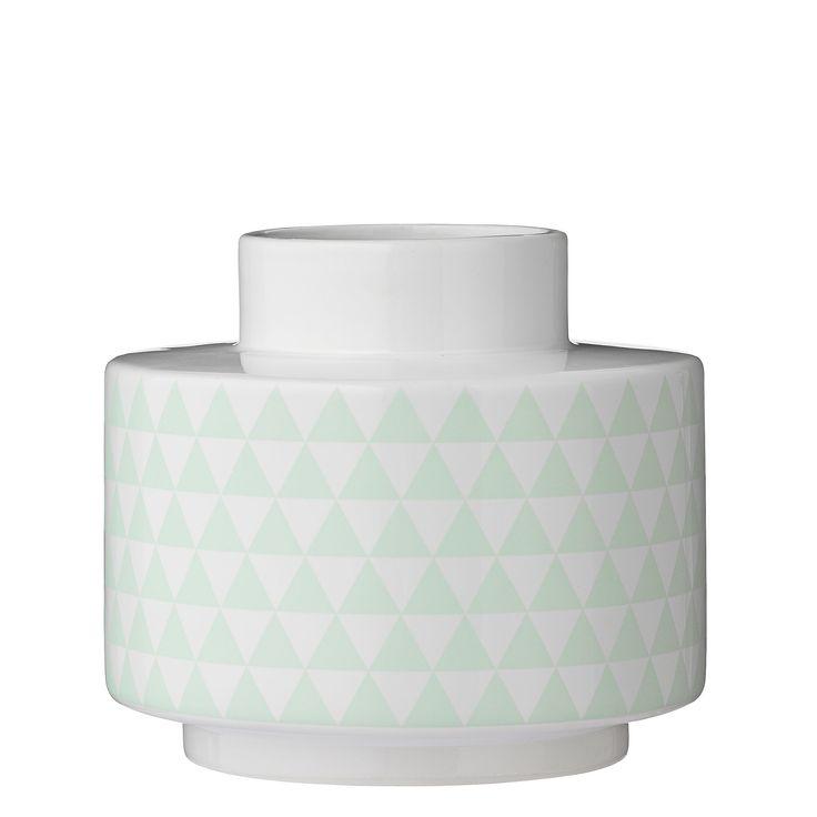Twee trends in één, deze leuke vaas heeft een speelse, geometrische print én deze print heeft ook nog eens de pastelkleur mintgroen. Fris ogende vaas, geschikt als woonaccessoire an sich of met wat mooie bloemen erin! Verkrijgbaar in twee varianten.