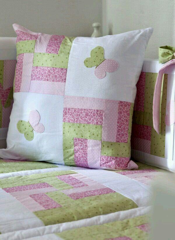 Cojín y colcha de patchwork en tonos rosas y verde pistacho.