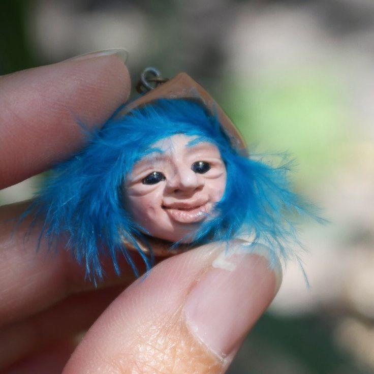 Colgante de duende en arcilla polimérica, Figura de duende azul para collar, Duende azul hecho a mano para collar en fimo de Creativiam en Etsy