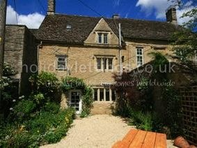 Bbq and garden.2 bedroom cottage in Burford to rent from £495 pw. With TV and DVD.