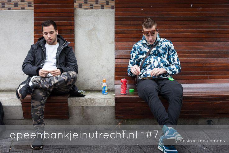 """Op de vraag of ik een foto mag maken reageren Martijn en Duncan meteen positief. Ze vragen of het niet erg is, voor de foto, dat er een joint gemaakt wordt. We hebben een leuk gesprek en ze willen weten hoe ik tegen softdrugs aankijk. Ze komen uit Nieuwegein en hebben geshopt in Utrecht. En daar hoort ook een gekoeld frisdrankje uit de supermarkt en een jointje bij. """"Maar we zijn hele gewone jongens hoor!"""""""