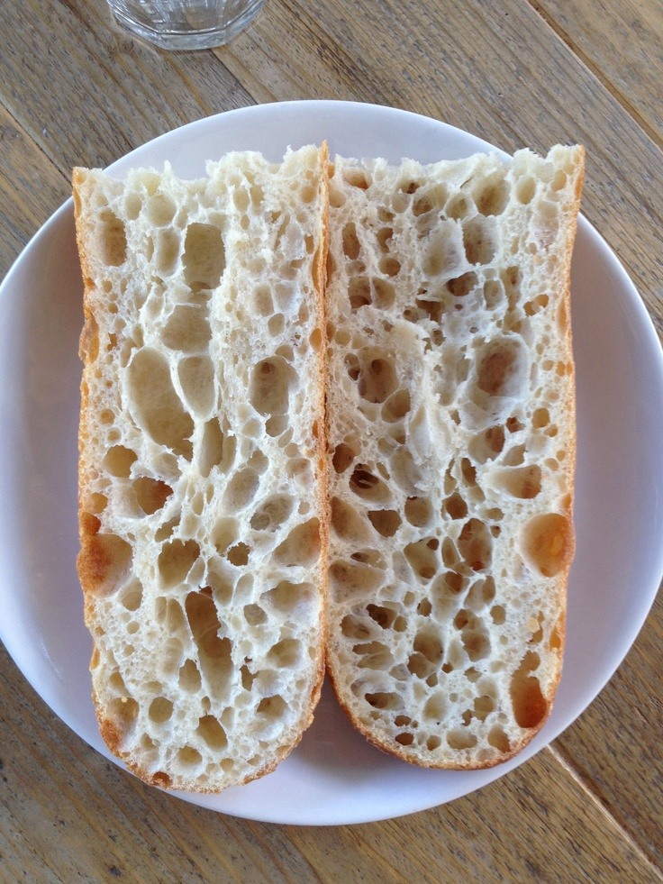 l'Alvéolage slaat op de porositeit van de structuur. Een goed gemaakt Frans stokbrood heeft een open structuur met kleine en grote gaten waarvan de wanden doorschijnend zijn. De kruim is crèmekleurig en heeft een enorm boeket aan aroma's.