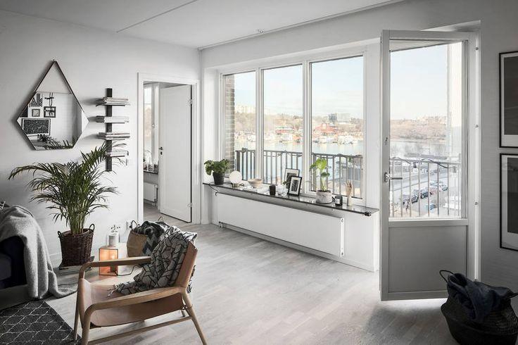 I omåttligt populära Hornsbergs Strand erbjuds nu en unik möjlighet att förvärva ett riktigt drömboende på Stockholms bästa waterfront-adress. Här bor du med en fantastisk sjöutsikt mot Ulvsundasjön och den härliga strandpromenaden nedanför. Väl inne i lägenheten möts du av en underbart luftig och inbjudande känsla tack vare flertalet stora fönsterpartier med direkt sjöutsikt och generösa ljusinsläpp som tillsammans med den öppna planlösningen skapar en fantastisk atmosfär och ett underbart…