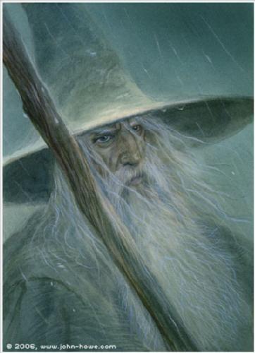Gandalf the Grey - by John Howe. :  Cuando la tarde era gris en la Comarca  se oían sus pasos en la colina;  y se iba antes del alba  en silencio a sitios remotos.   De las Tierras Ásperas a la costa del este,  del desierto del norte a las lomas del sur,  por antros de dragones y puertas ocultas  y bosques oscuros iba a su antojo.    Con enanos y hobbits, con elfos y con hombres,  con gentes mortales e inmortales,  con pájaros en árboles y besti
