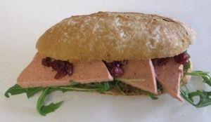 Broodje Patë  met cranberry en rucola
