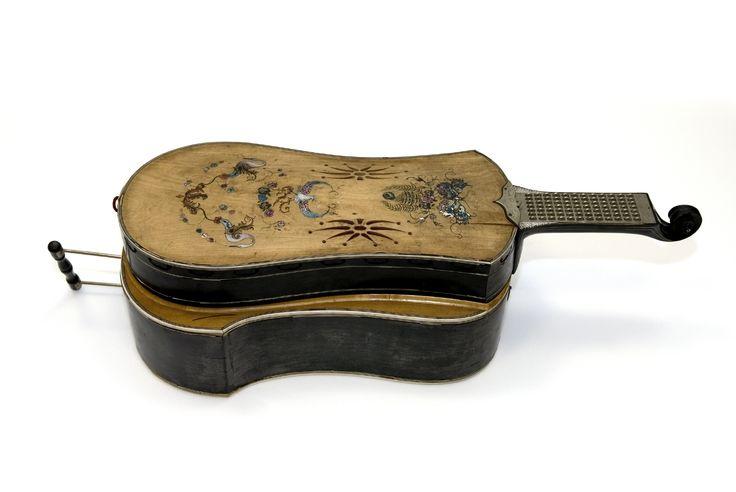Melófono con cuerpo de madera en forma de guitarra. Anthony Brown. #Música #Instrumentos #MNAD
