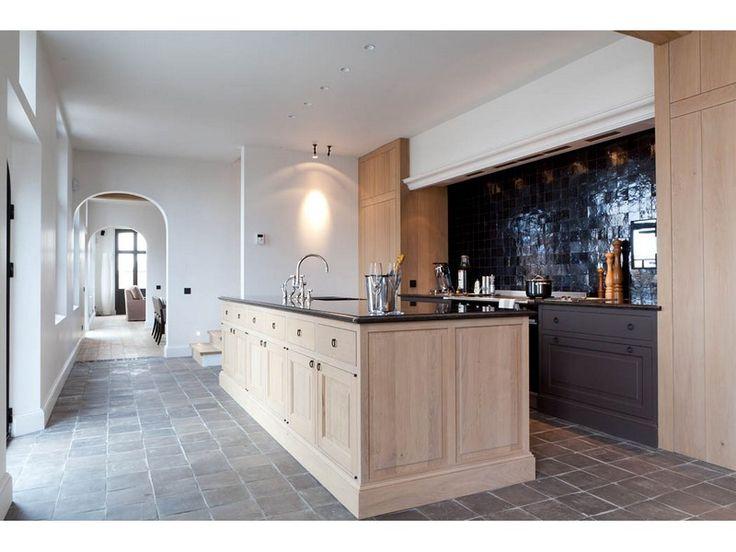 Mooi afwisseling tussen zwart en hout eiland iets te zwaar maar kolomkasten heel mooi extra - Heel mooi ingerichte keuken ...