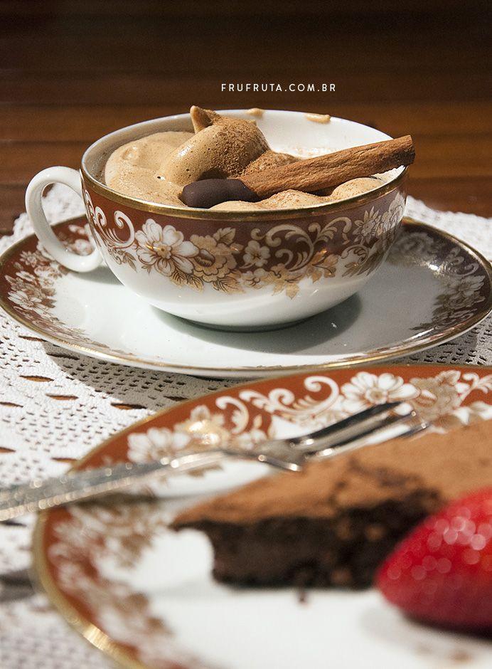 Pegue açúcar, café solúvel e água e renda-se à esse delicioso merengue de café (ou capuccino de batedeira). Sem lactose e sem glúten ;)