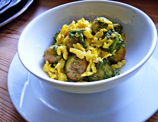 Új cikk: Sóskapesztós, sült tojásos újkrumpli, http://kertinfo.hu/soskapesztos-sult-tojasos-ujkrumpli/, ezekben a témakörökben:  #sóska #Zöldség, írta: Rakottkert Blog