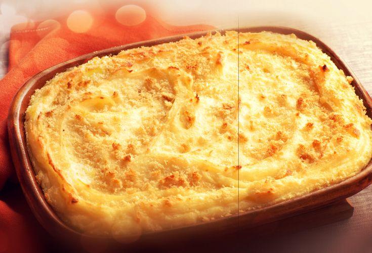 Πατατού ή πατατάτο, ένα πατατοσουφλέ από το νησί της Τήνου.    Υλικά: 1 κιλό πατάτες 4 αβγά 1 φλιτζάνι του τσαγιού γραβιέρα Τήνου ή κεφαλοτύρι τριμμένο 2/3 φλιτζάνι του τσαγιού τριμμένη φρυγανιά 1 ματσάκι μαϊντανό ψιλοκομμένο 1 κουταλιά της σούπας βούτυρο (σε θερμοκρασία δωματίου) 1