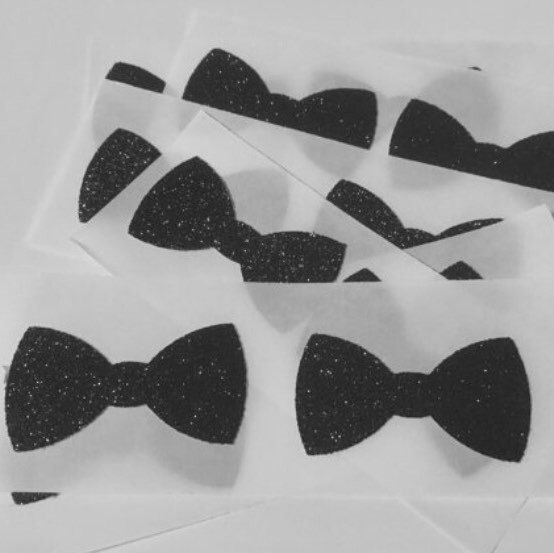 One of my favourite seals for envelopes is this black glitter bow tie. They look amazing, adding a bit of class to your event. They are often used as Gatsby style event envelope seals. I love these stickers 😊