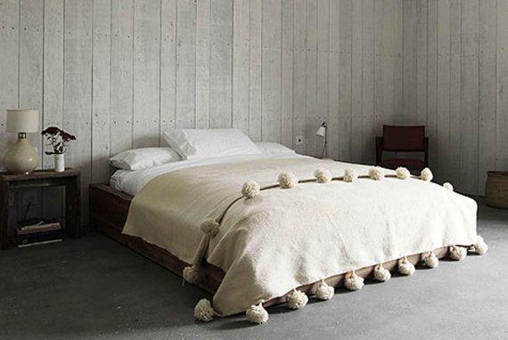 Tapis de lève couverture Pom Pom de laine marocaine linge de lit, 100 % pures et naturelles, tissé à la main sur des métiers en bois traditionnels à berbère au Maroc (WL078)