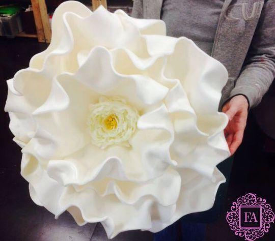 Дизайнерский цветок белый