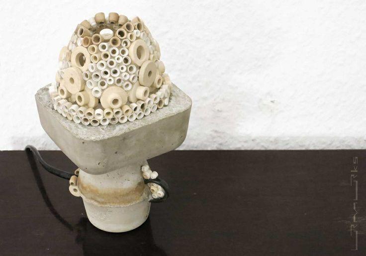 Keramikbauteile aus der Isolierung eines Heizlüfters sind zu einer Kuppel vereint … selbige umschließen das Leuchtmittel … der Betonkörper greift die Formsprache einer klassischen Nachttischlampe auf …